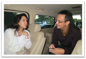 Kartika and Karim plotting on the way to the Jawa Pos