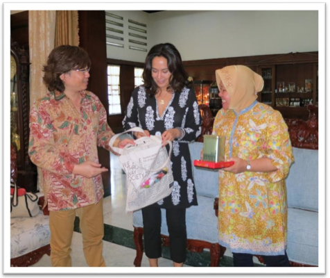 Ibu Risma, Budy Sutanto and Kartika exchanging welcome presents